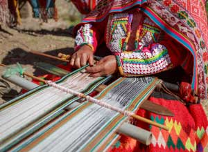 Observe traditional weaving